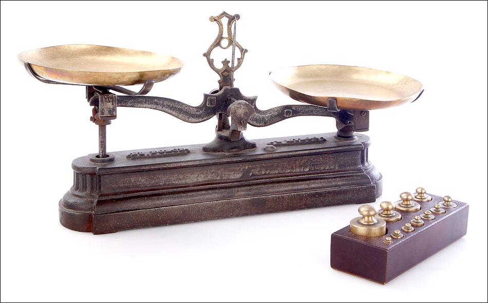 Antigua balanza de cocina de hierro con juego de pesas for Cocinas de hierro antiguas